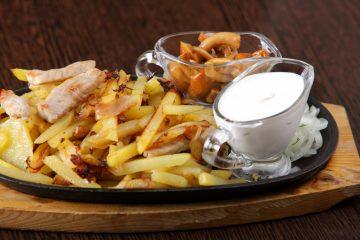 Картофель, жареный со свининой