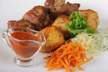 Шашлык из свинины с картофелем и соусом
