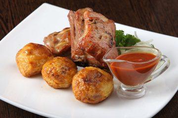Ребра свиные с картофелем и соусом