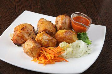 Шашлык из филе курицы с картофелем и соусом на выбор