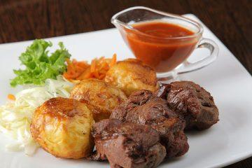 Шашлык из телятины с картофелем и соусом